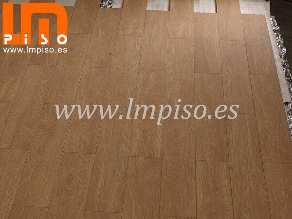 Piso laminado embossed in registered finish 810x196mm color roble